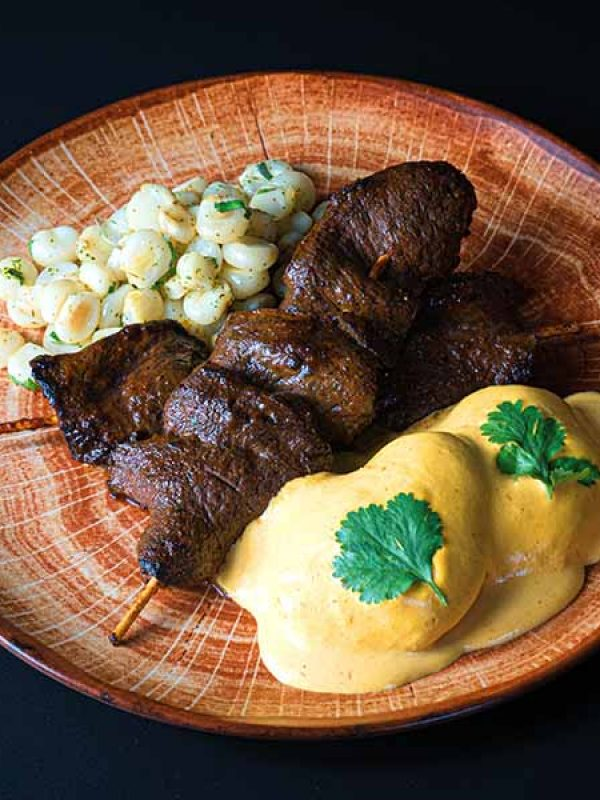 Anticucho tradición. Restaurante peruano Inti de Oro Castellana.